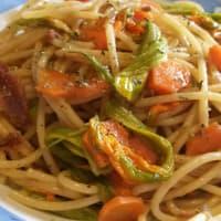 Espaguetis con filetes de anchoa y flores de calabacín