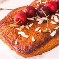 Pastel de ciruela con cerezas (vegetariano)