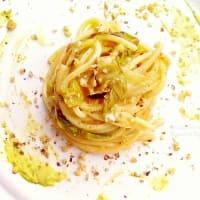 Espaguetis con pesto y radicchio saltaron aguacate y nueces