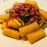 Mezze maniche pomodorini zucchine e pancetta affumicata croccante