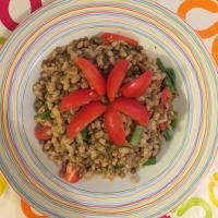 Orzo con lenticchie, asparagi e pomodorini