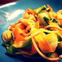 Espaguetis con tiras de verduras