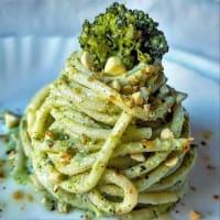 Espaguetis con crema de brócoli y almendras