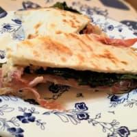 Piadina con hummus y el pimentón y el jamón
