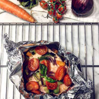 Salmon in foil with vegetables