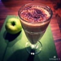 Apple milkshake, oats and cocoa