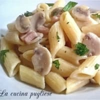 Pasta with champignon mushrooms, cooked ham and robiola