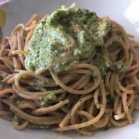 Wholemeal spaghetti with rocket pesto and almonds