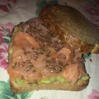 Pan integral con salmón y aguacate