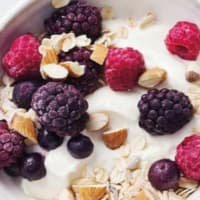 Yogurt con moras y muesli