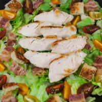 Sliced ​​chicken in salad.