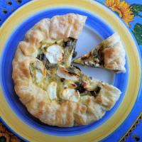 Pastel rústico con alcachofas, cebolletas y queso de cabra