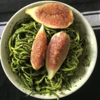 Zoodels spaghetti sin cocer con pesto y fioroni