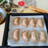 Empanadas con verduras mixtas y cremosos garbanzos negros y hojas de laurel paso 7