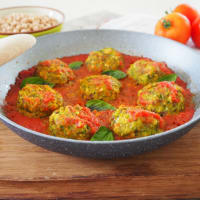 Meatballs with zucchini, spinach and chickpeas in the sauce