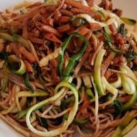 Espaguetis con calabacín y espaguetis integrales con vegetales chinos