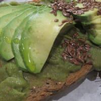 Tostadas de aguacate con filadelfia, salsa Teriyaki y semillas de lino.