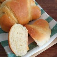 Croissants caseros con un poco de mantequilla.