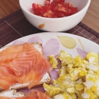 Brunch con huevos, salmón y tomates cherry.