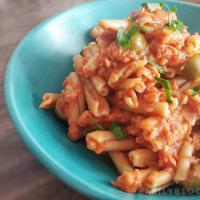 Pasta con sugo di pomodoro, tonno e olive verdi step 5