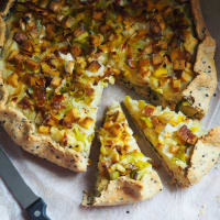 Veganquiche with leeks and smoked tofu
