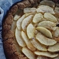 Rustic tart with apples