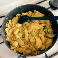 Pollo, calabacín y champiñones con salsa de yogurt y cúrcuma.