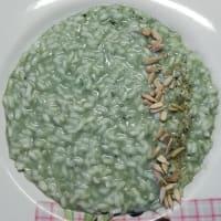 Risotto de espirulina con semillas de girasol.