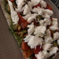 Pane azzimo con verdure,pesto e mozzarella