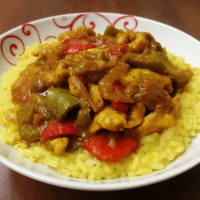 En el este con arroz, pollo y pimientos en curry light.