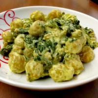Pumpkin gnocchi in Philadelphia cream with spinach and chopped