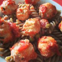Pasta con albóndigas de ricotta en salsa.