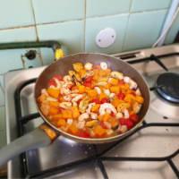 Ensalada de marisco en una sartén paso 3