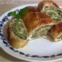 Roll of puff pastry with asparagus and cooked ham