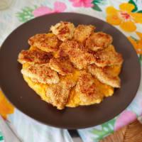 Pollo croccante al forno panato alle mandorle su crema di zucca