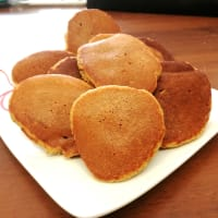 Whole-grain pancakes with apple and cinnamon