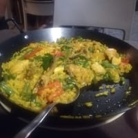 Paella di pollo e verdure