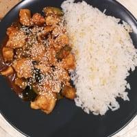 Arroz con pollo y calabacín en salsa de soja