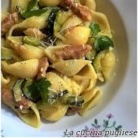 Pasta con zucchine, pancetta e zafferano