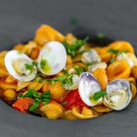 Sopa de orecchiette con garbanzos, altramuces y tomate