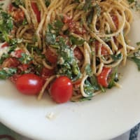 Pasta with arugula and cherry tomatoes