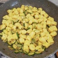 Ñoquis de ricotta y azafrán con salsa de calabacín