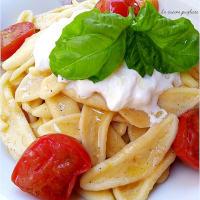 Pasta con tomates cherry y stracciatella
