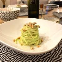 Spaghetti con crema di avocado, guanciale croccante e noci