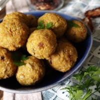 Brown rice balls with sunflower seeds and curry