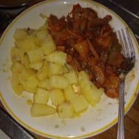 Insalata di patate con contorno di peperoni e funghi
