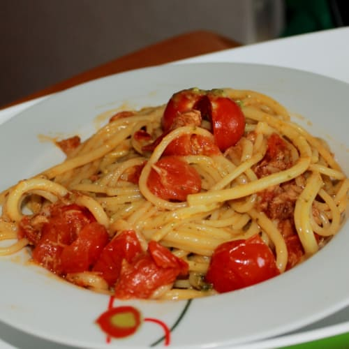 Spaghetti with pesto, cherry tomatoes and tuna