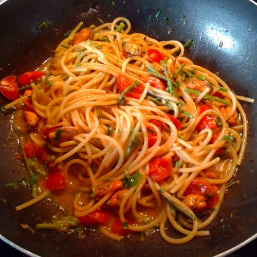 Spaghetti with asparagus, mussels and cherry tomatoes