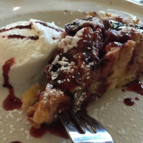 pastel de manzana con mermelada de frutos del bosque
