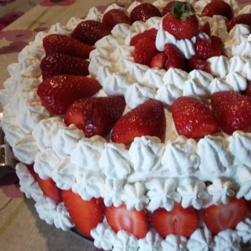 pastel de crema, fresas y piña